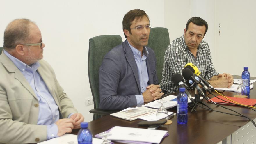 El consejero de la Reserva de la Biosfera, Juan Antonio de la Hoz, el presidente del Cabildo de Lanzarote, Pedro San Ginés, y el responsable de la Oficina de Acción Global (OAG), Ezequiel Navio. (CABILDO DE LANZAROTE).