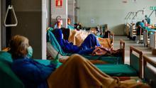 Pacientes en sus camas en los Hospitales Civiles de Brescia, en medio del brote de coronavirus.
