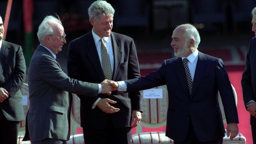 Bill Clinton con el Primer Ministro Yitzhak Rabin de Israel y el Rey Hussein I de Jordania en la ceremonia de firma del tratado de paz en el cruce fronterizo de Wadi Araba
