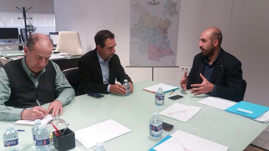 Imatge de la reunió de Pablo Seguí amb els alcaldes de Riba-Roja i de Manises
