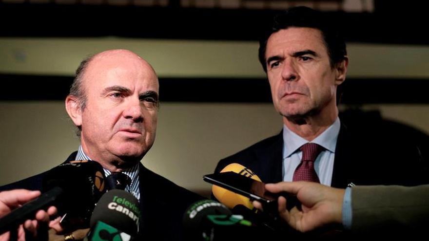 El ministro de Economía, Luis de Guindos en un acto en el que estuvo acompañado por el Ministro de Industria, Jose Manuel Soria. EFE/Ángel Medina G.