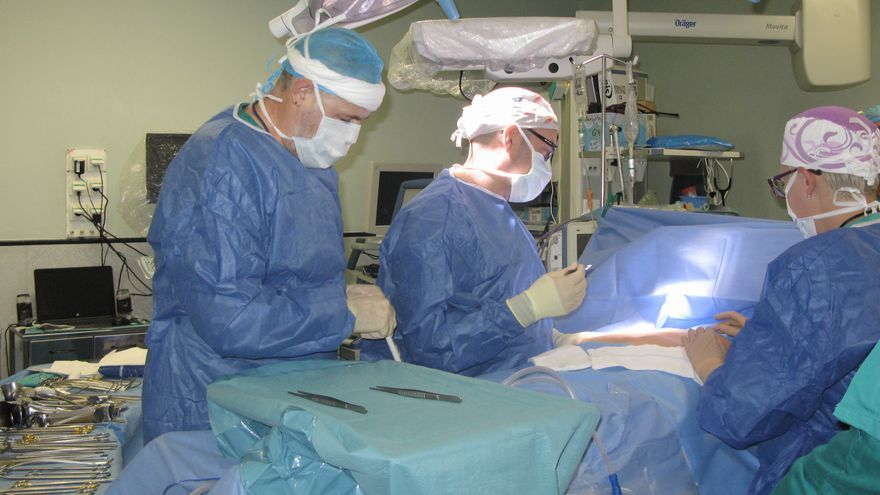 Los doctores Juan Luis Blas y Elena Gonzalvo en la operación.