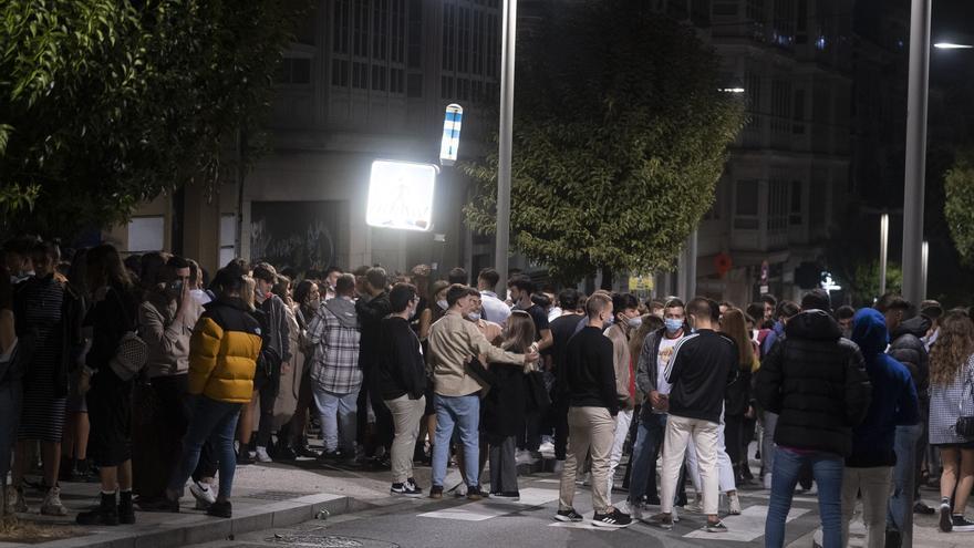 Grupos de jóvenes se aglomeran en la vía pública de Santiago de Compostela