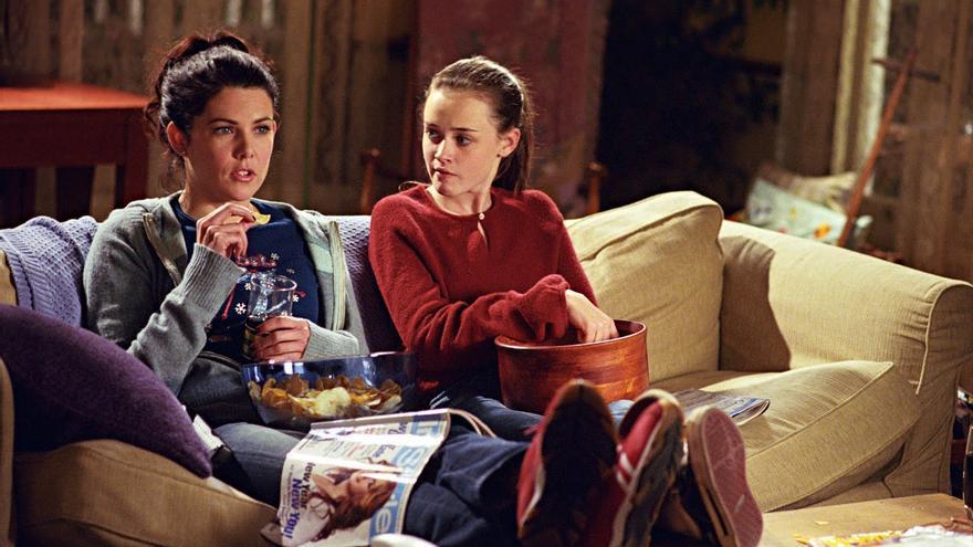 Las Chicas Gilmore viendo alguna serie repetida