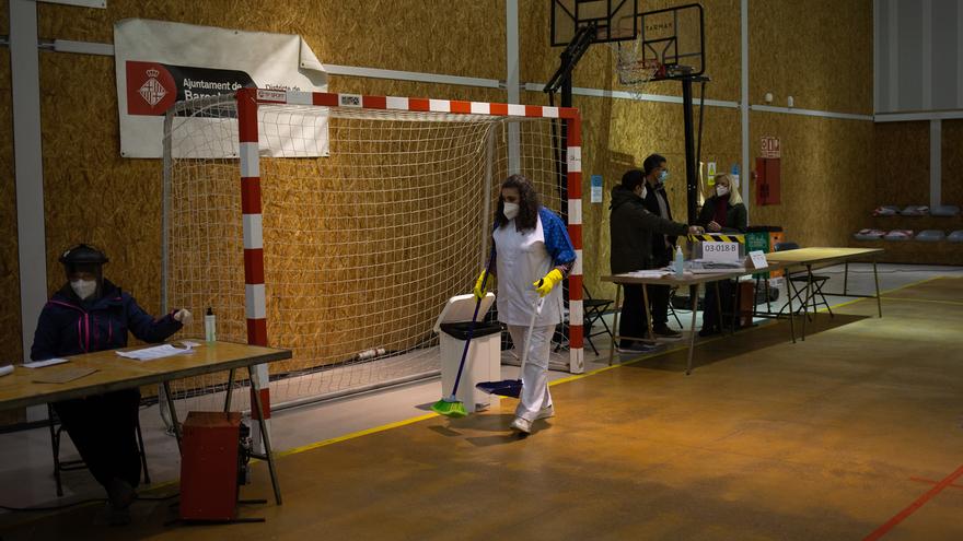 Una trabajadora de limpieza y desinfección en el Polideportivo Tres Xemeneies, en Barcelona