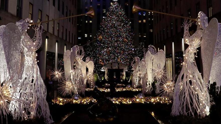 Queda iluminado el tradicional árbol de Navidad de Nueva York