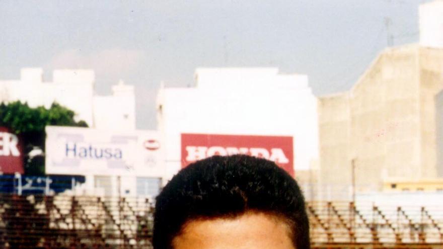 Rommel Fernández luciendo la camiseta del CD Tenerife con la antigua grada de Herradura de fondo.