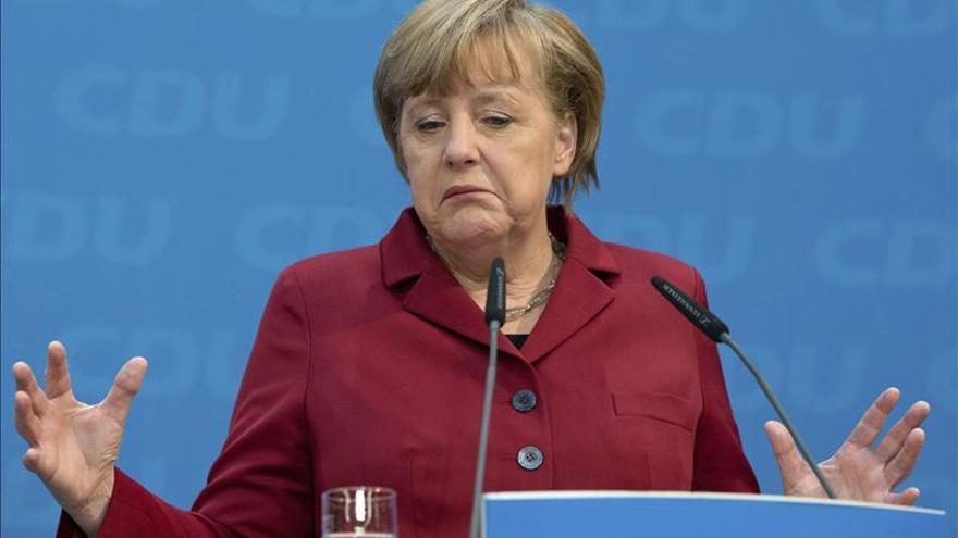 El revés electoral aboca a Merkel a luchar contra todos, incluidos sus socios