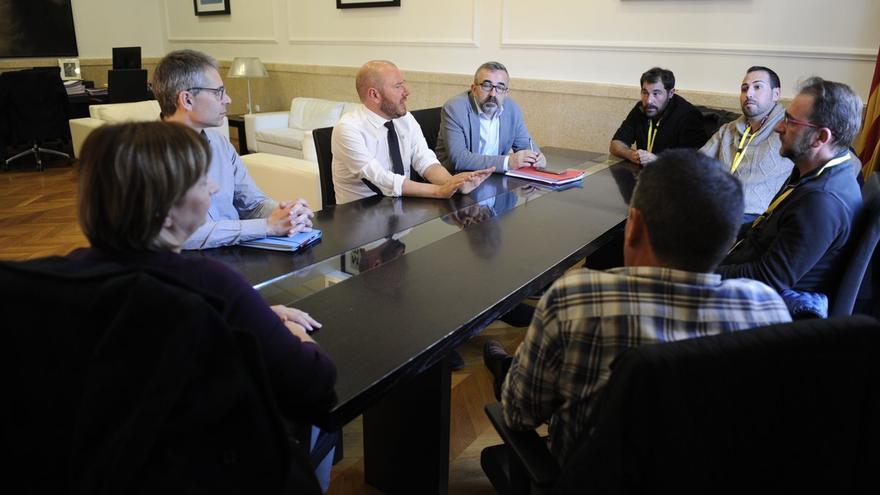 El presidente de la Diputación, Toni Gaspar, ha recibido en su despacho a los trabajadores de Egevasa