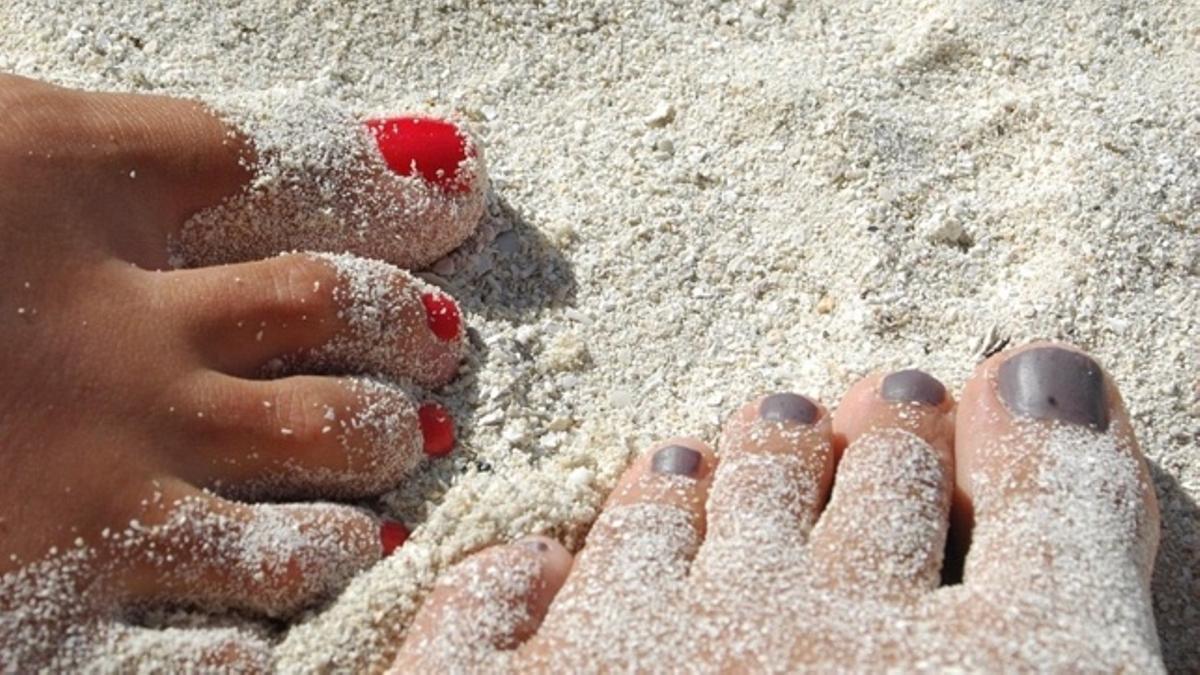 Uñas en la playa.