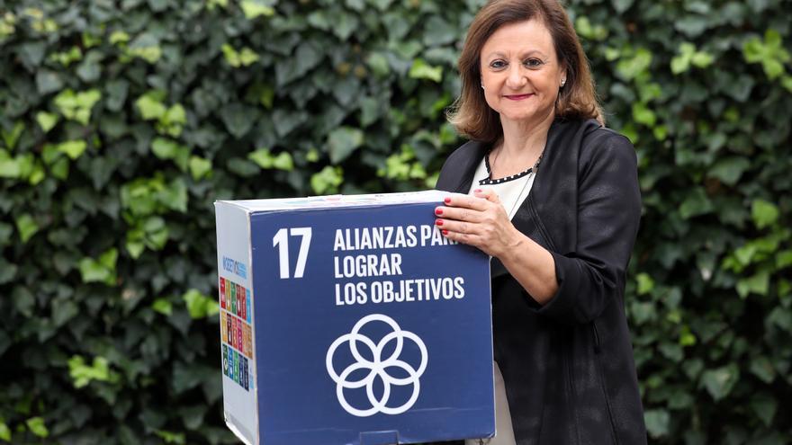 La Alta Comisionada para la Agenda 2020 sujetando un cubo con el logo de los ODS