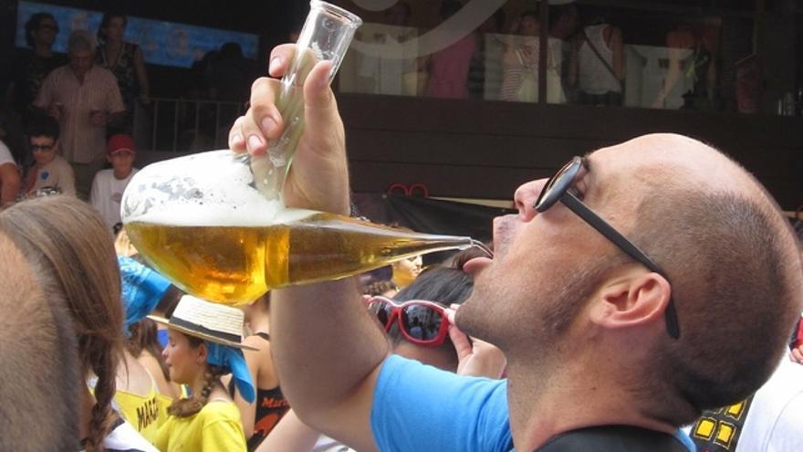 Un porrón de cerveza en la Festa major de Sitges 2012.