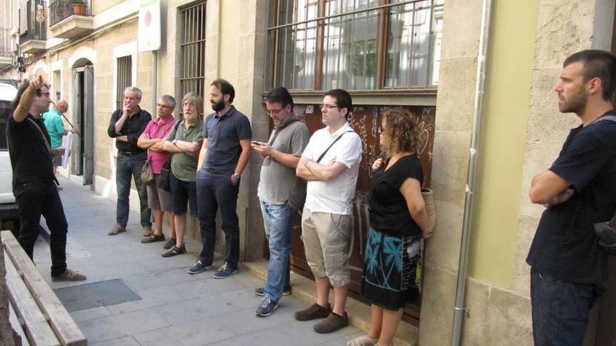 Ivan Miró en una ruta guiada por las cooperativas del barrio de Sants en Barcelona