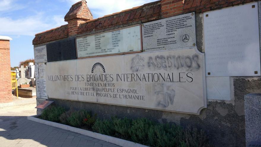 Dos jóvenes intentaron limpiar las pintadas en la placa homenaje del cementerio de Fuencarral
