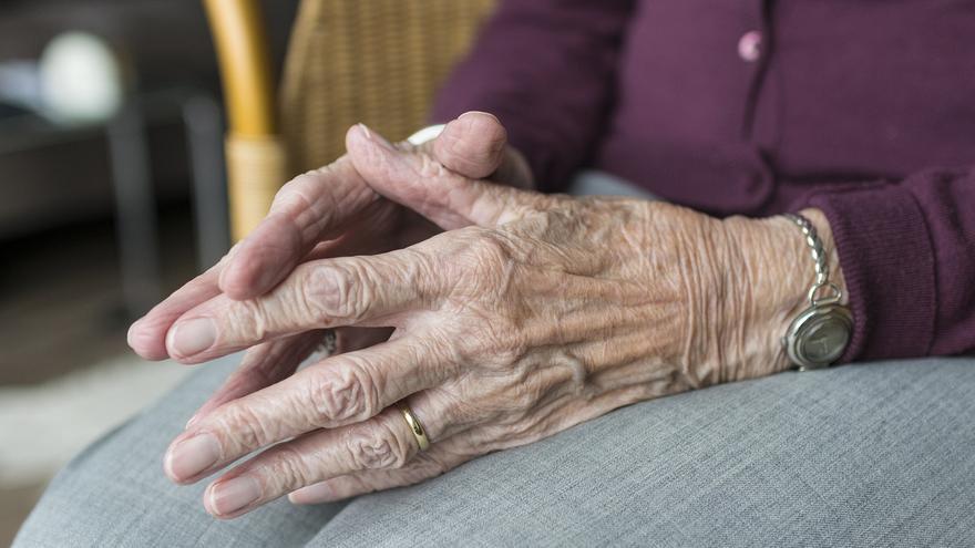Detalle de las manos de una anciana