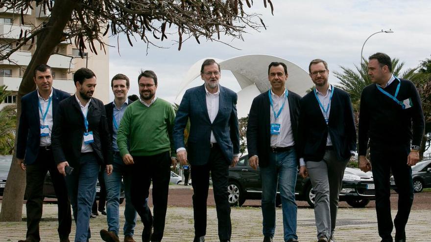 Asier Antona, presiente del PP de Canarias, con Mariano Rajoy, en el centro de la imagen, este sábado en Tenerife