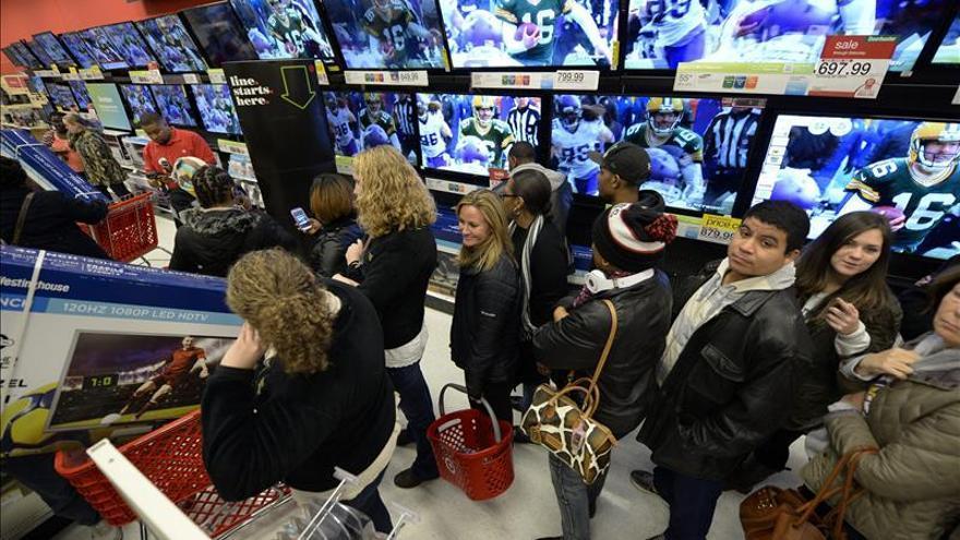 Los consumidores en EEUU gastaron más que lo ganado en noviembre