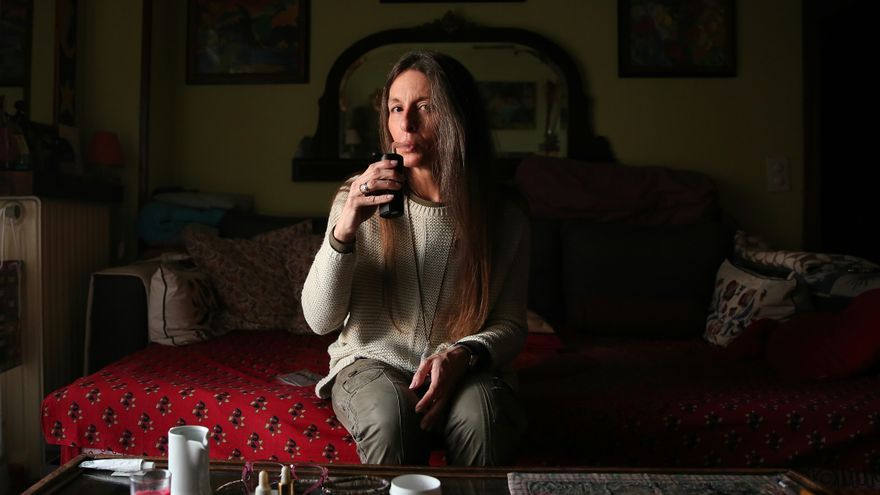 Mercedes de la Mata, consumidora de cannabis con fines terapéuticos, en su casa de Madrid.