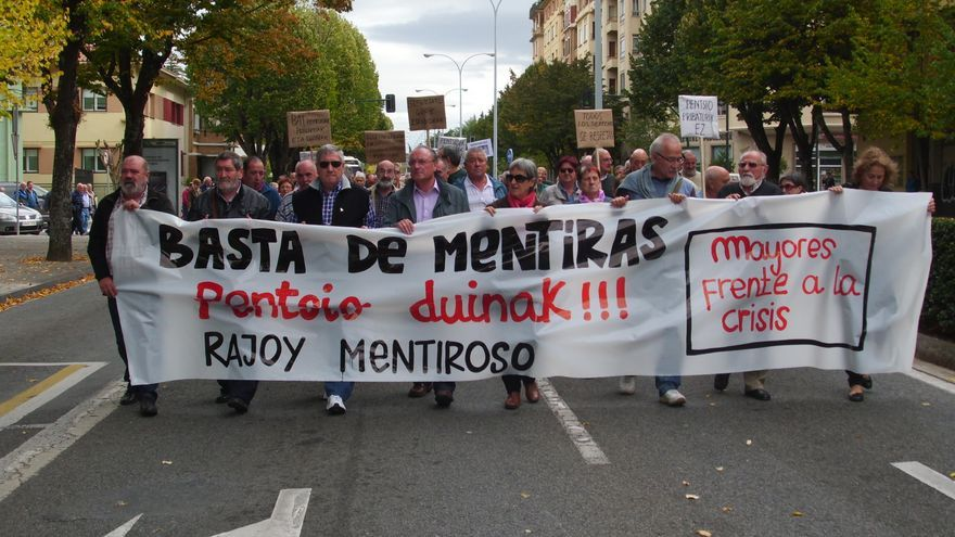 Ramón Marín sostiene la pancarta junto a otros miembros de la asociación en una de las manifestaciones.