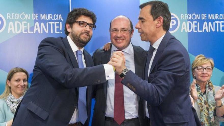 El presidente de Murcia, Fernando López Miras, junto al expresidente imputado, Pedro Antonio Sánchez y Fernando Martínez-Maíllo, excoordinador general del Partido Popular