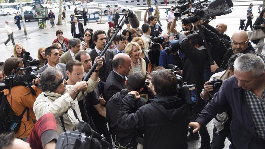 Esperanza Aguirre, acompañada del exgerente del PP madrileño Beltrán Gutiérrez, en los juzgados de la plaza de Castilla, el 22 de septiembre de 2014. / GSR / GTRES