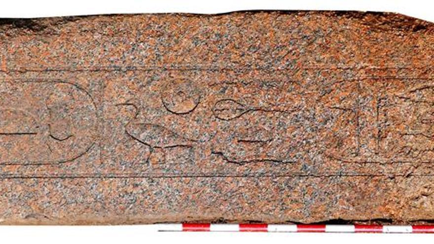 Una misión española descubre un importante dintel rojo del Reino Medio faraónico
