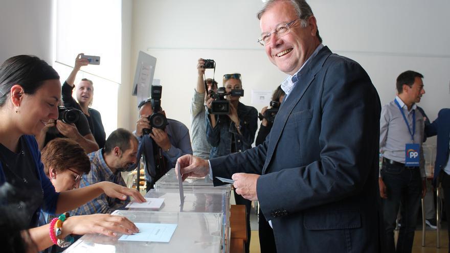 Antonio Silván, alcalde en funciones de León (PP), votando el 26 de mayo.