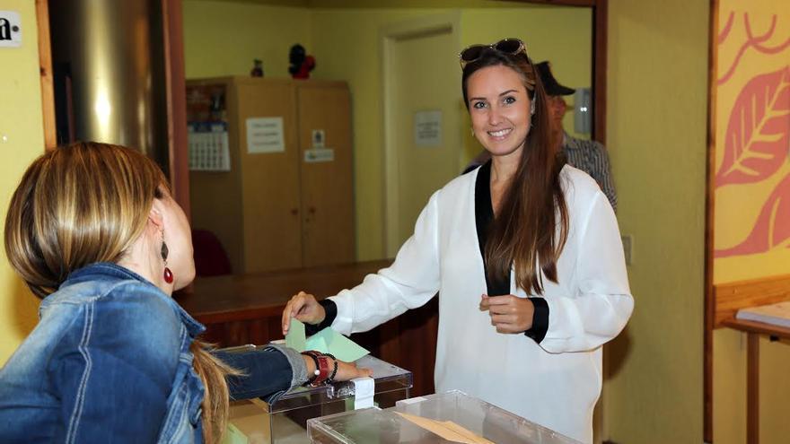 La palmera Melisa Rodríguez, candidada a la Presidencia del Gobierno de Canarias por Ciudadanos ha votado en Los Llanos de Aridane.