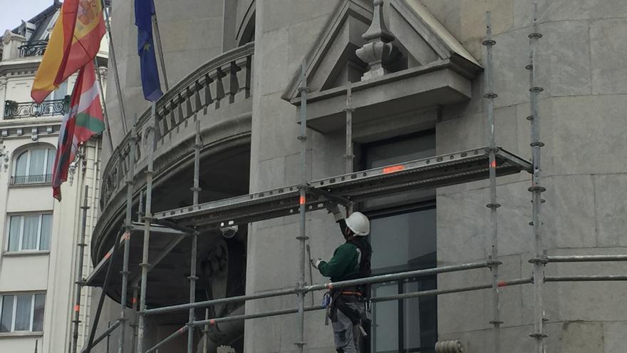 Primer día de los trabajos para quitar el escudo franquista del edificio de la Agencia Tributaria en Bilbao