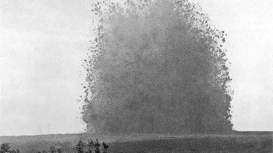 Una bomba explota en la Primera Guerra Mundial