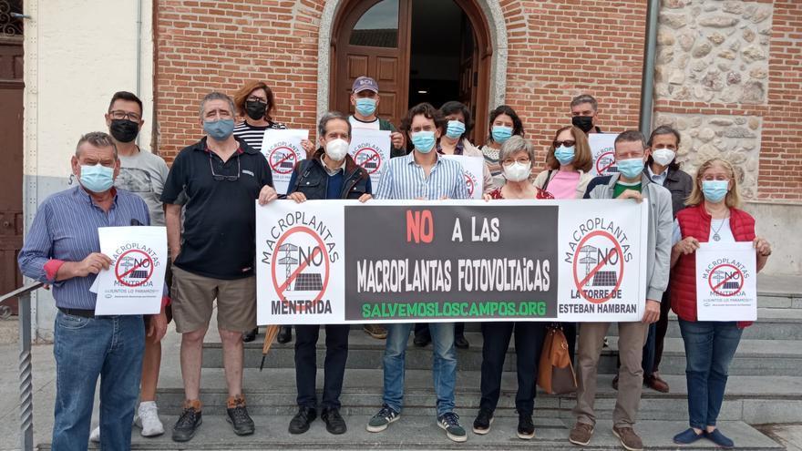 La plataforma 'Salvemos los Campos' entrega 1.500 firmas contra los proyectos de fotovoltaicas en Méntrida