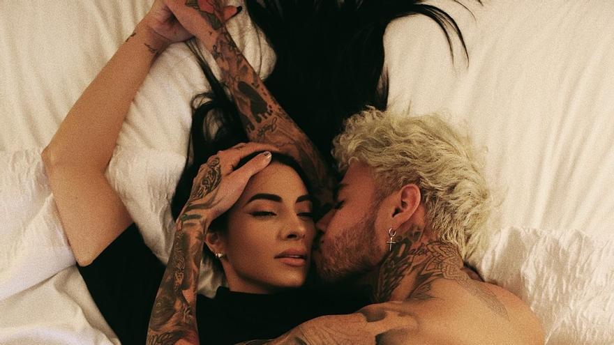 Artista boricua Dalex honra a Lennon y recrea su famosa foto con Yoko Ono