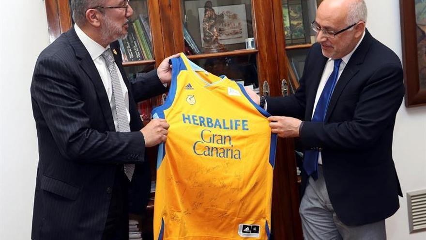 Enrique Moreno, presidente del Herbalife Gran Canaria y Antonio Morales, presidente del Cabildo de Gran Canaria