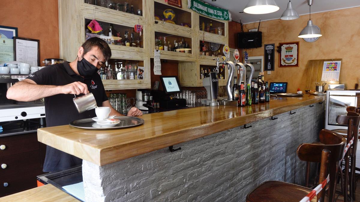 Imagen de archivo de un camarero sirviendo un café en un bar en Valladolid. EFE/ Nacho Gallego