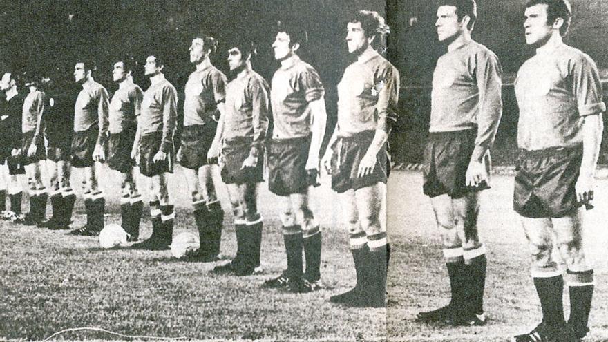 La roja escucha el himno nacional antes del España-Yugoslavia (2-1) jugado en el Nou Camp. De izquierda a derecha forman: Glaría (capitán), Sadurní, Zabalza, Tonono, Vidagañy, Rexach, Martín, Bustillo, Velázquez, Grosso y Amancio.
