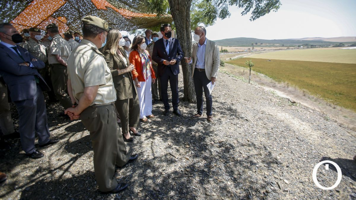 La ministra de Defensa, Margarita Robles, y el alcalde de Córdoba, José María Bellido, visitan la zona donde se ubicará la futura base logística del Ejército de Tierra