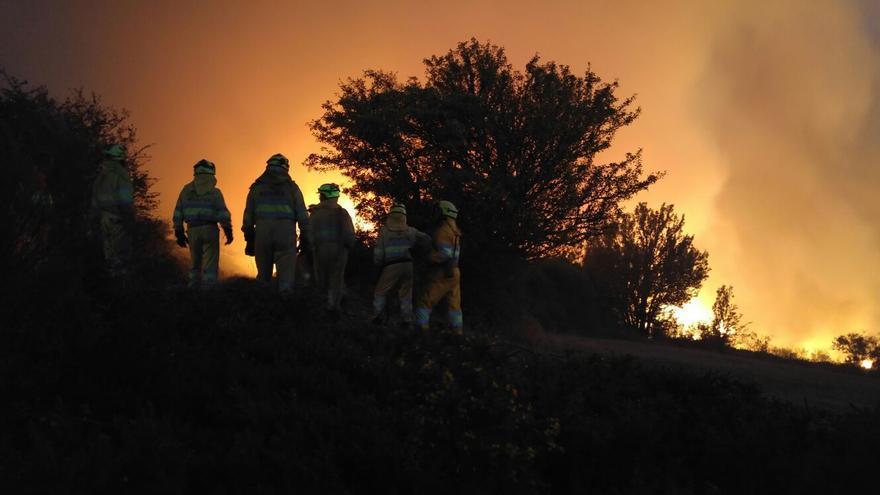 Las condiciones meteorológicas complican la extinción del fuego en Valderredible.