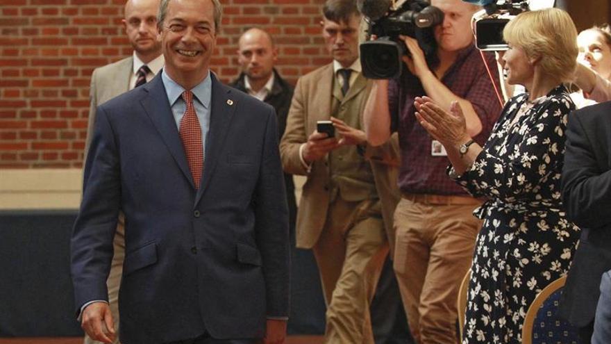 """Farage dimite al frente del UKIP al conseguir su ansiado """"brexit"""""""