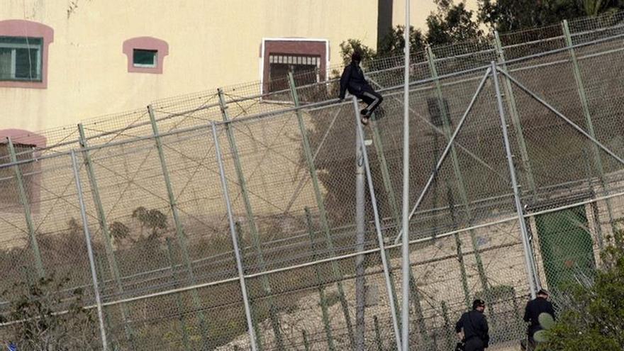 56 Inmigrantes saltaron valla de Melilla y 438 entraron ocultos en vehículos