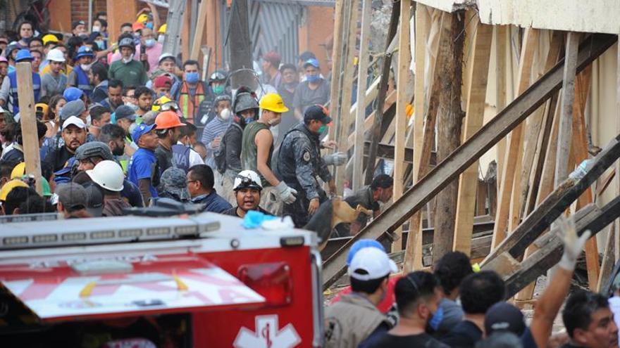 Rescatistas y voluntarios trabajan en las tareas de rescate en el Colegio Enrique Rebsamen hoy, martes 19 de septiembre de 2017, en Ciudad de México (México).