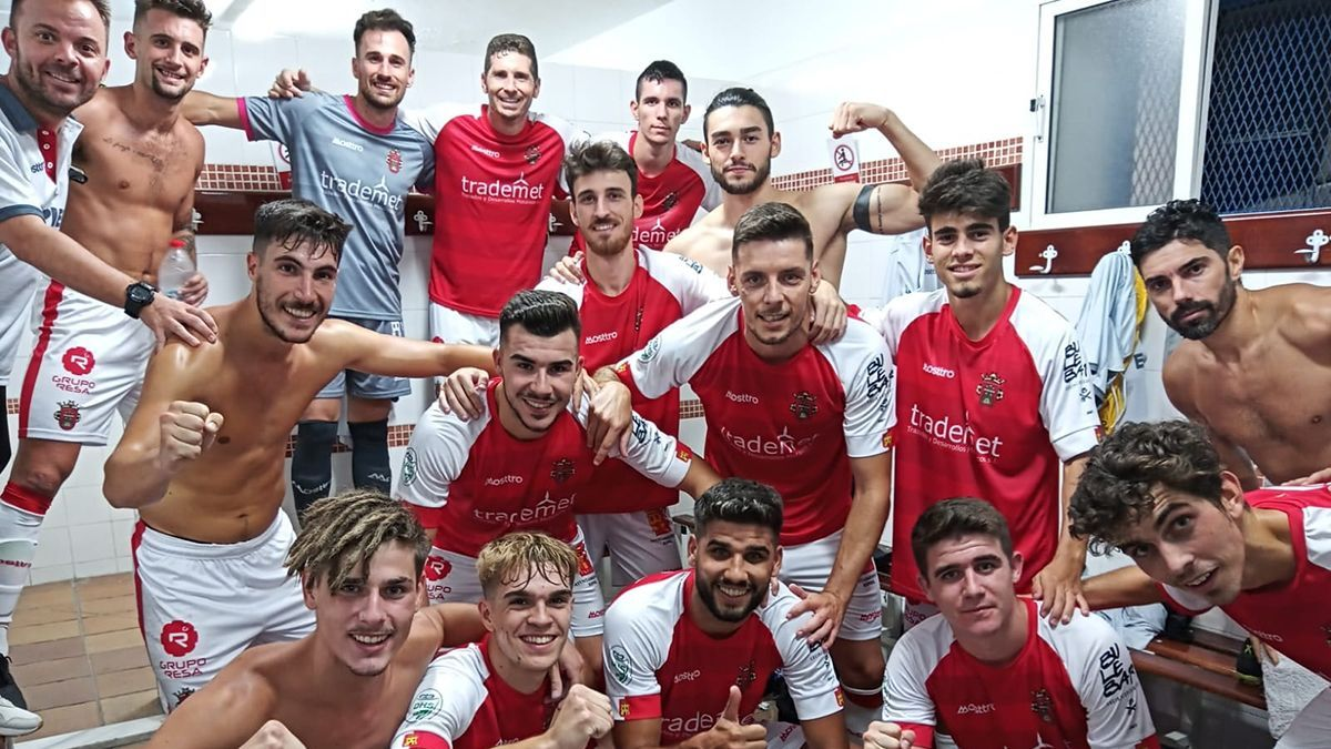 Jugadores del Atlético Espeleño celebrando la victoria.