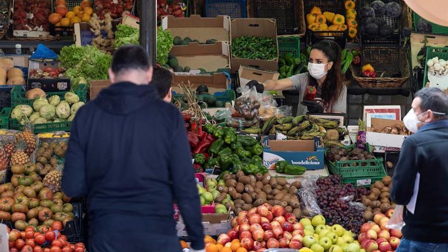Varias personas hacen la compra en el Mercado Nuestra Señora de Äfrica de la capital tinerfeña. EFE/ Miguel Barreto