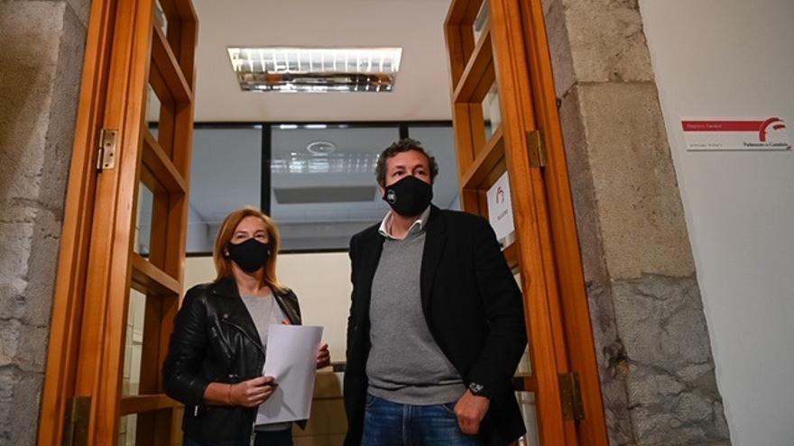 Los diputados del PP María José González Revuelta e Íñigo Fernández presentan la enmienda a la totalidad del grupo popular al proyecto de Presupuestos de Cantabria para 2021