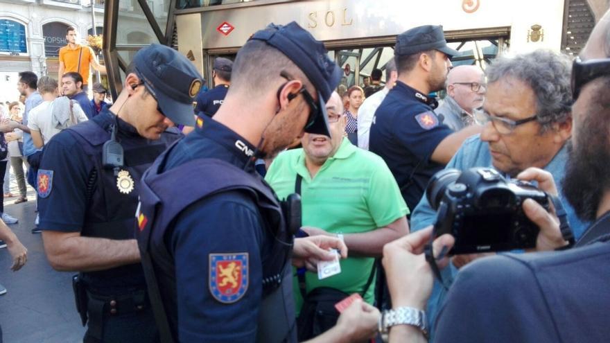 Enfrentamientos en Sol con gritos cruzados de 'Arriba España', 'Fuera fascistas' y 'democracia y libertad'