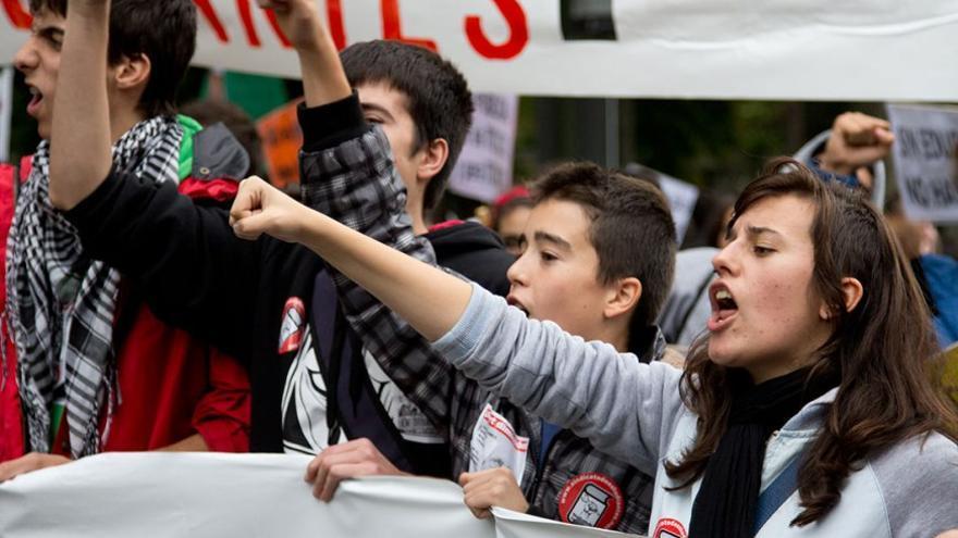 Miembros de un sindicato estudiantil manifestándose. (Canarias Ahora).