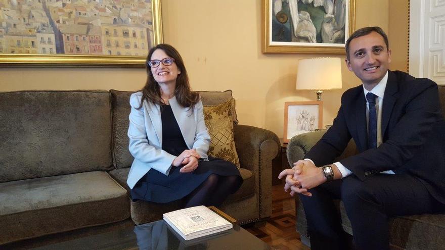 Mónica Oltra y César Sánchez durante su reunión.