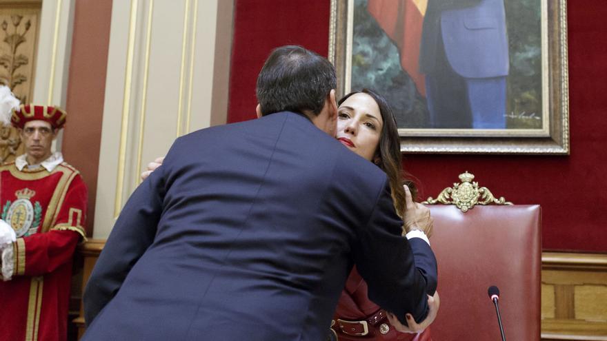 Bermúdez y Hernández, esta nueva alcaldesa de la capital tinerfeña, se saludan tras conocerse el resultado de la votación