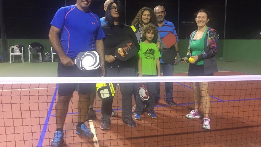 Leo (i) con un grupo de jugadores en el Club de Tenis del Valle de la Luna.