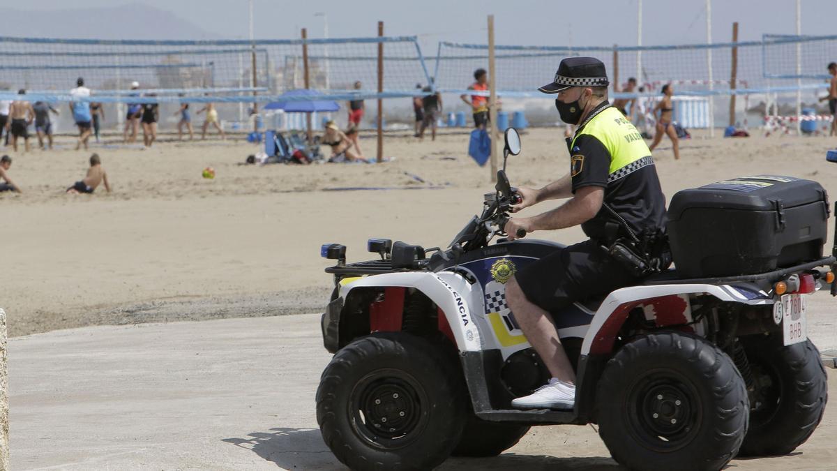Patrulla de la Policía Local en las playas de València.