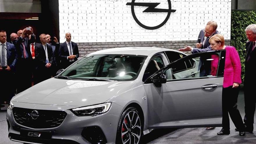 Merkel insta a la industria automovilística alemana a recuperar la credibilidad